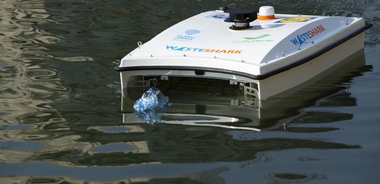 Premieră: Apele din România, curăţate cu o dronă Waste Shark