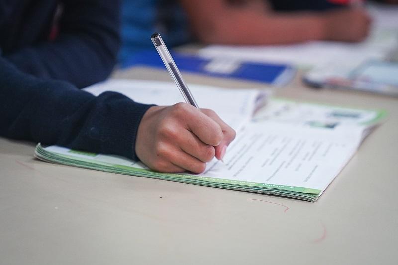 Peste 1000 de copii din medii nefavorabile, sprijiniți de Raiffeisen Bank să își continue studiile