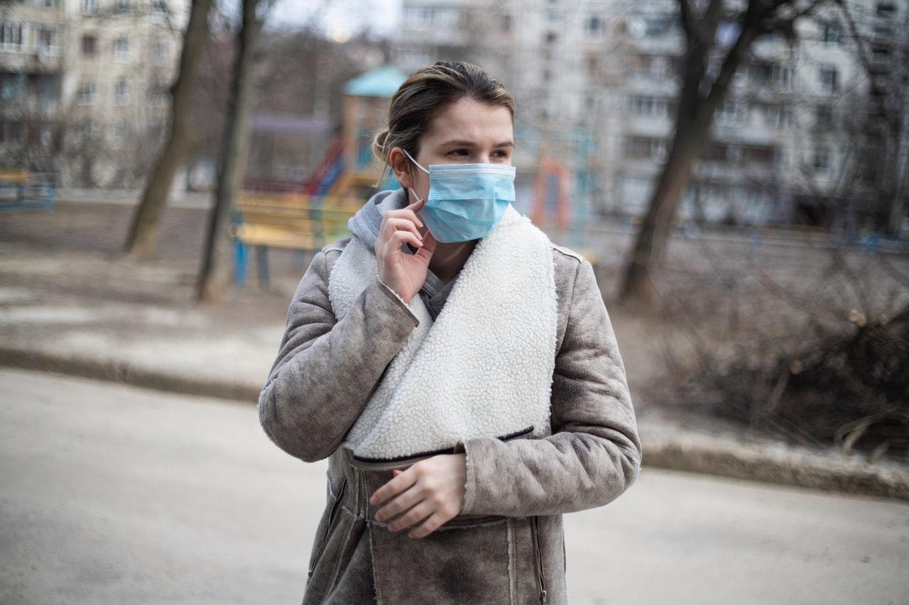 Experți: Poluarea din aer poate crește rata mortalității COVID-19