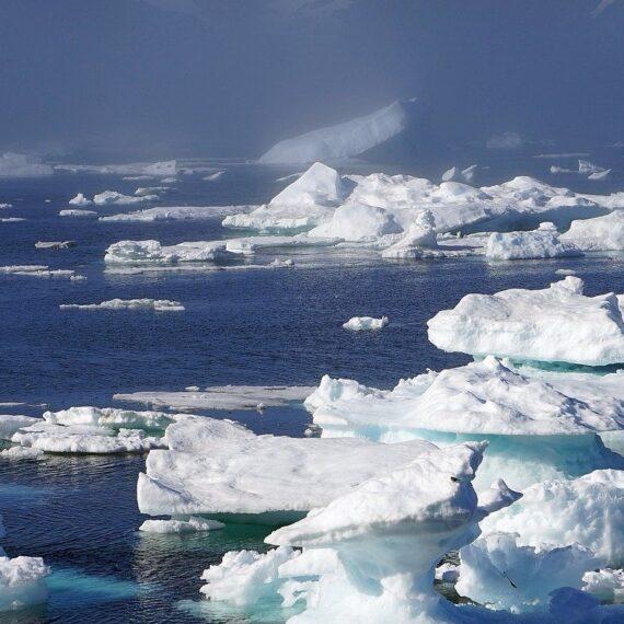Un bloc de gheață de 110 km pătrați s-a desprins din calota glaciară din Groenlanda