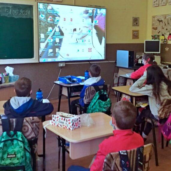 Opt școli au fost dotate cu tablete grafice și table inteligente prin proiectul Edu2023, susținut financiar de compania HeidelbergCement România