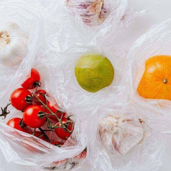 Franţa va interzice ambalajele din plastic pentru aproape toate fructele şi legumele din ianuarie 2022